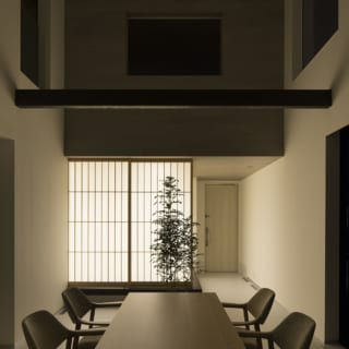 アイランドキッチンからの眺め(夜間)。和室の照明が行灯のようにダイニングを照らしている