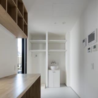 ユーティリティスペースは洗濯機や冷蔵庫、洗面台が収まるなど、生活感を感じさせるものの多くはここに集約されており、収納スペースも豊富だ