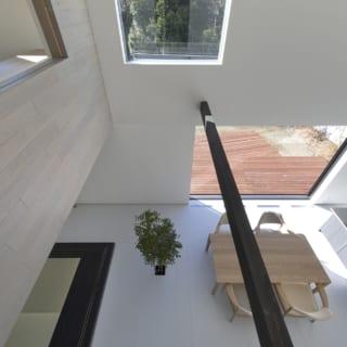 2階の廊下からの眺め。2本の梁がほどよいアクセントとなっている。写真の左は寝室となっており、1階を見下ろせる。もちろん扉を閉めることも可能だ