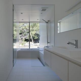 2階廊下から見たときの洗面台および浴室の眺め。松岡さんのこだわりで、借景を活かす見事な空間が完成した