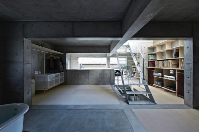 上原邸(2階)。正面に見えるスペースはベッドルーム。右手はオーディオルーム、右手奥の空間はホビールームだ。左手奥の空間は吹き抜けとなっている