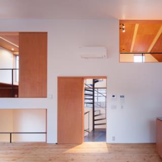 LDKの西側の壁に開けられたデザイン性の高い四つの開口部