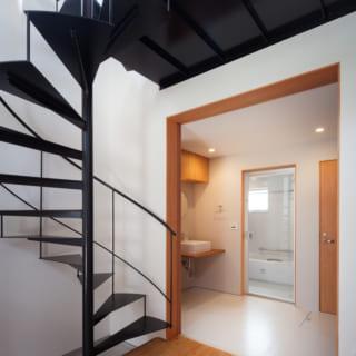 螺旋階段横に設けられたトップライトは効果的で、1階までを明るくする