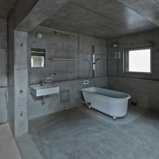 2階に備え付けられたバスルーム。洗濯機もここに置かれている。使用するときはカーテンで仕切られるため、プライバシーは確保されている