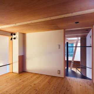 収納スペースとして用意したロフト空間。お施主さんの考えで、LDK側にオープンな造りとなっている