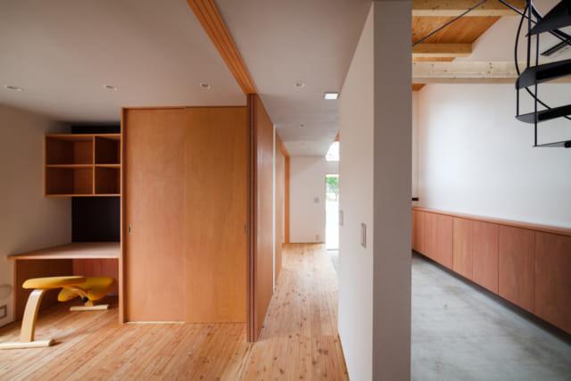 右手が土間。左手が子供室。子供室と土間の間には、縁側のようなスペースがある