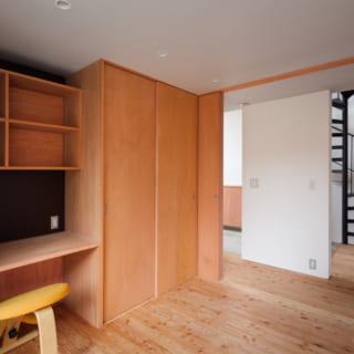 子供室から土間方向を見たところ。子供室には、机と本棚と収納が造作で作られている