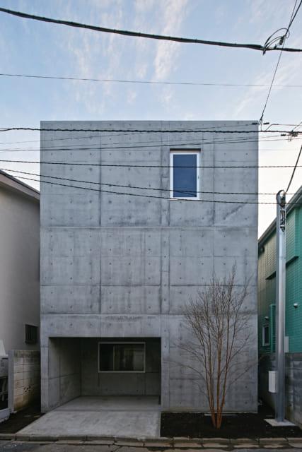 正面から上原邸を望む。立て替えが進む上原邸周辺だが、3階建て・鉄筋コンクリート構造の外観は、周囲の景色を一気に都会的な印象に変える力がある