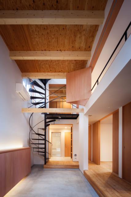 玄関扉からホールの奥を見たところ。奥の1階は水周りで2階は和室。右手の1階は個室で2階はLDK