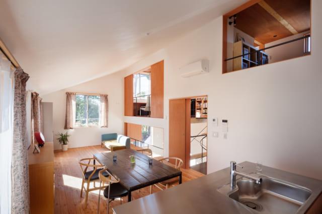 LDKは、20畳・天井高2.2〜3.8mの大きな空間。右手の大きな壁には、ホール、ライブラリー、螺旋階段、ロフトに通じる開口部がある