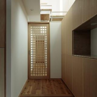 K邸の玄関。引き戸を格子状にするなど、上質な素材が用いられつつも主張が抑えられた