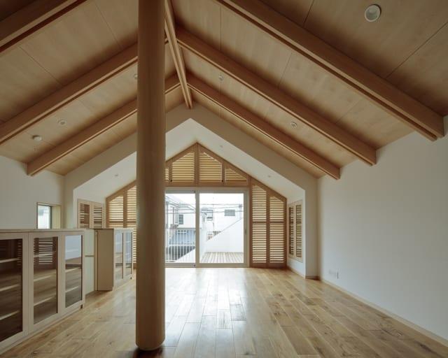 K邸のLDKから外を眺める。ヒノキの丸太が存在感を主張しているが、両端の接合部を少し削ることで、さりげなく