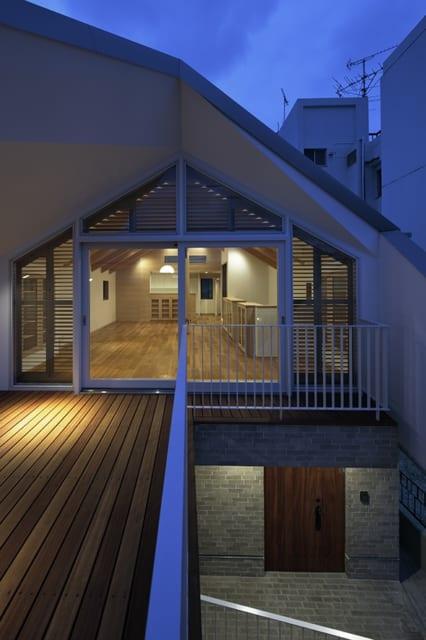 夕暮れどきにウッドデッキからLDKの方向を見たときの眺め。開放的な室内空間であることが分かる。窓の開口部が大きく、日中はたくさんの日差しを取り込むことができそうだ