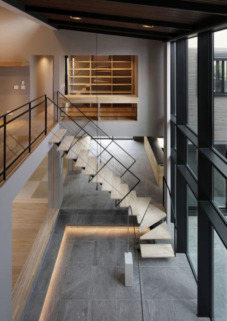 2階からリビングを見下ろすとこのような景色となる。階段が空中に浮いているかのようにも映る