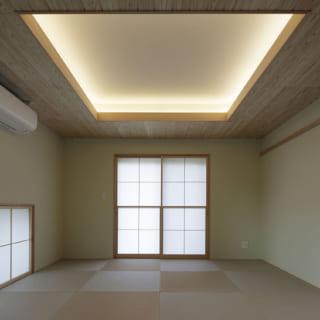 1階にある和室。関節照明と正方形の畳が、和モダンを感じさせるつくりとなっている