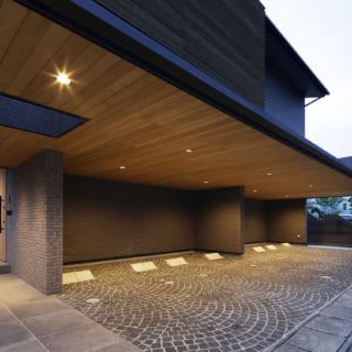 オープンで出し入れしやすい駐車場。重厚感と高級感の漂う張り出した屋根は、雨の日や夜間でも便利な照明つきだ