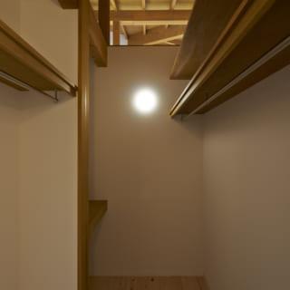 棚のひとつひとつも大工さんの手によるもの。家づくりだけでなく、家具本体も製作してしまうという