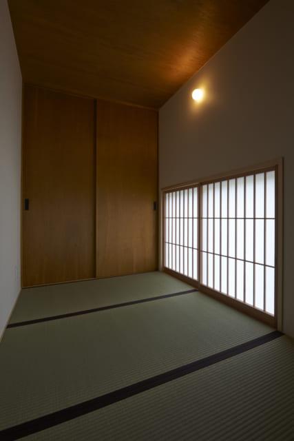 3畳ほどの書斎。天井高が2.1mということで、座って過ごすことを前提に設計されている。布団を敷けばここで眠ることもできそうだ