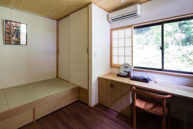 ゲストルームとしても使える書斎。窓の向こうに見えるのは、Mさんご夫妻が小まめに手入れをしている山だ