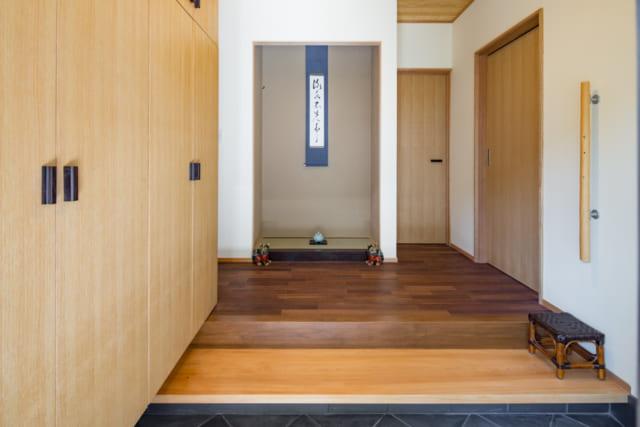 M邸の玄関。奥の書斎や手前の収納の取っ手は、これまで住んでいた家の部材がさりげなく用いられている