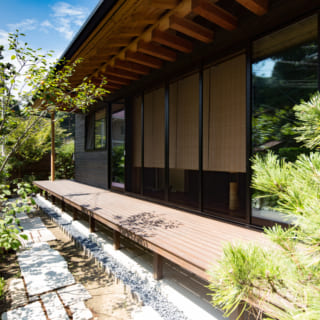 M邸の縁側は日当たり良好。陽気がよい時期にはここで昼寝ができそうだ。立地を活かし、塀を設けず、開放的な雰囲気だ