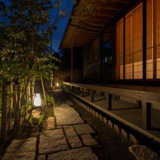 M邸の縁側は、夜になるとまったく異なる表情を見せてくれる。置き灯籠は京都の三浦照明のものだ