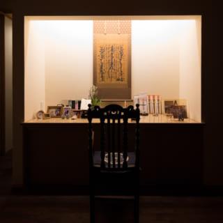 M邸のリビングダイニングの一角にある仏壇。仏壇の下は引き出しになっており、ゆかりの品をしまえるスペースも充分に確保されている