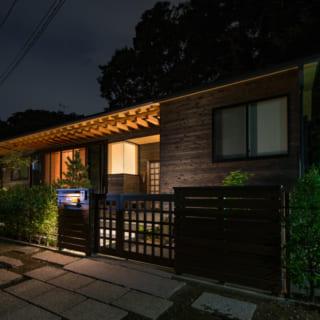 夜の暗闇に浮かび上がるM邸。木組みの見せ方にこだわったという秋山さんと、大工さんの見事なコラボレーションによって実現したことは言うまでもない