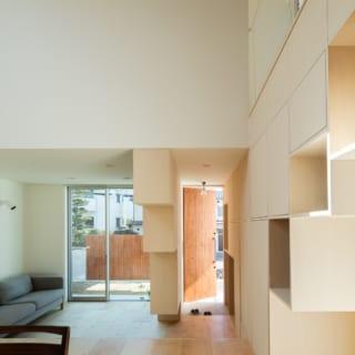リビングと玄関を仕切る壁には段差がつけられ、床に近くなるほど幅が抑えられ、開放感のある空間づくりに寄与していることが分かる