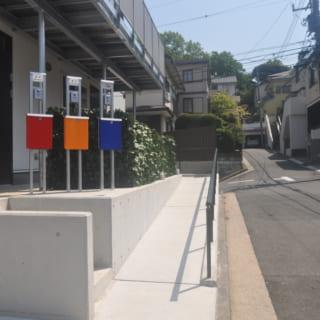 2世帯住宅+事務所を兼ねたA邸の入口には、それぞれのポストが備えられており外観のアクセントにもなっている