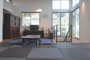 琉球畳に座って過ごす空間を実現!山手に佇む事務所×二世帯住宅