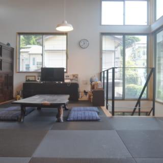 琉球畳を敷いた2階のリビング。大きな開口部が複数設けられており、常に明るい陽光が降り注ぐ