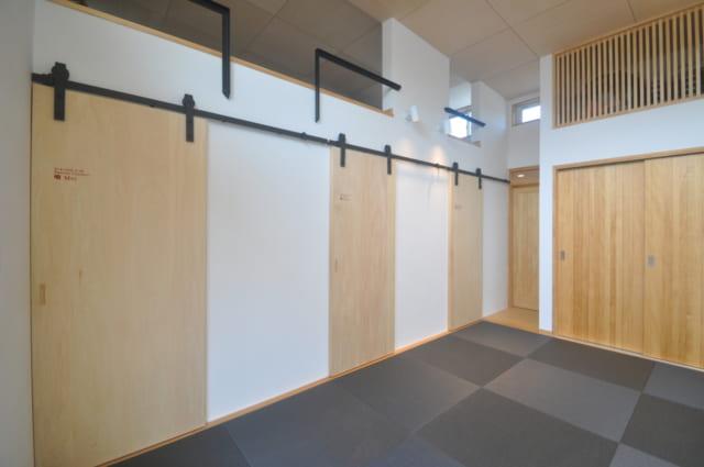 3つの扉は3人の子どもの個室。その上にはロフトが設けられており、子どもたちが遊んだり勉強したりできるスペースとなっている