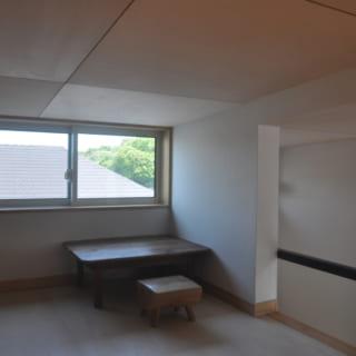 別角度から見たロフト。小さいながら窓を設けることで、明るい光を取り込んだ