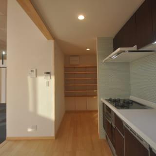 2階のキッチン。奥に備え付けられたパントリーは、キッチン用品や食材などを収納できる便利なスペースだ