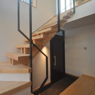 広々とした玄関を入ると、2階に続く階段が現れる。空間を邪魔しない細い手すりは、Aさんの希望によるもの