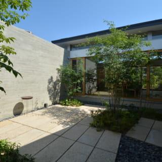 アオダモやジューンベリー、下草類を植栽した北側の庭。石川さんは植栽のイメージをはじめ、庭のプランデザインも行う