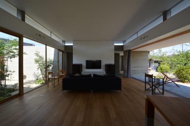 キッチン側から見たリビング。右手が南側の庭、左手が北側の庭。窓を開け放てば、庭とつながった開放的なリビングに