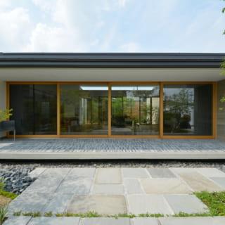 南側の庭から見た昼間のリビング。「庭からテラス、リビングへとつながる連続性にこだわって設計しました」と石川さん