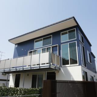 静かな住宅街に佇むA邸。ガルバリウム鋼板を用いた青と白のコントラストがスタイリッシュな印象を与えてくれる