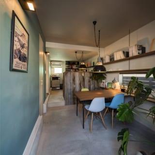 1階の設計事務所。床はモルタル、壁はザラザラとしたポーターズペイントで住居部とは異なるラフな雰囲気に仕上げた
