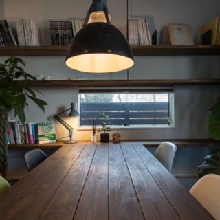設計事務所の打ち合わせスペース。ヴィンテージの照明、古材を用いた壁など、シックなトーンで統一している