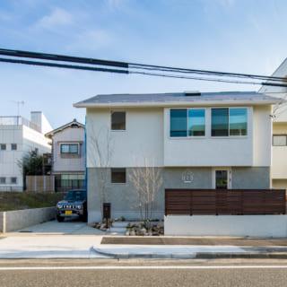 1階と2階の壁は色と厚さを変え、境目にキレイなラインを出した。屋根もガルバニウムの横葺きとして水平ラインを強調
