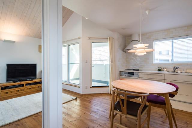 スペースを有効に使うためキッチンは壁付けでL字型に配置。LDKからすぐ出入りできる場所にインナーバルコニーが