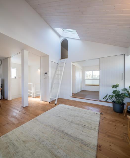 リビングは切妻屋根を活かした勾配天井。和室と比較してもわかる通り天井高があり、開放的で伸びやかなスペースに