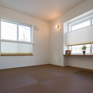 北と西の二方向に窓を設けた和室。縁無しの半帖畳を用いることで洋風のリビングとひと続きに配置しても違和感のない雰囲気に