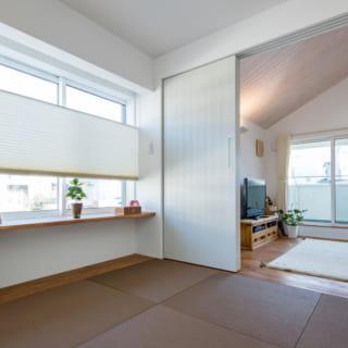 和室とリビングは引き戸で仕切れ、客間としても利用できる。普段は引き戸を開け放し、ペットが自由に動けるようにしている