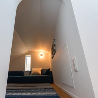 リビングから梯子をかけてアクセスするロフト。和室や洗面所と切妻屋根の隙間を利用している。室内高は約1.3m