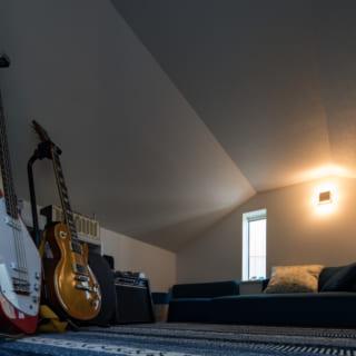 ロフトは角野さんの書斎に。趣味の楽器を弾いたり、音楽を聞いたり、読書をして一人の時間を楽しんでいるとか