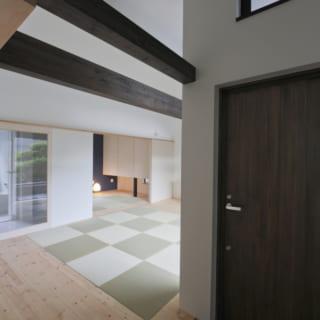 親世帯が暮らす1階のスペースには木と畳を用いており、落ち着いた雰囲気。手前は広々としたLDK、奥は寝室用の和室というつくりとなっている